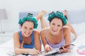Meisjes in haar rollen houden tijdschriften — Stockfoto