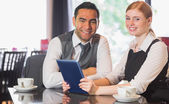 Zakelijke team dat werkt op tablet pc samen in een café — Stockfoto