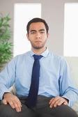 Rahat bir koltukta oturan ciddi klas iş adamı — Stok fotoğraf