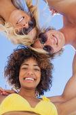 Weergave van de lage hoek van vrienden op strand — Stockfoto