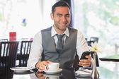 Homme d'affaires dans un restaurant en tenant le téléphone — Photo