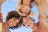 Lage hoekmening van aantrekkelijke vrienden op strand — Stockfoto