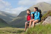 пара, принимая перерыв после пешие прогулки в гору — Стоковое фото