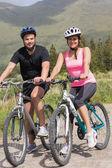 Gelukkige paar op een fietstocht — Stockfoto