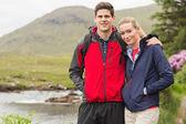 Paar passen op een wandeling — Stockfoto