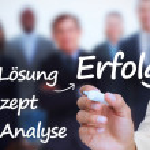 affärsman håller en markör och skriva framgång termer på tyska — Stockfoto