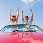gek paar staande in rode cabriolet — Stockfoto