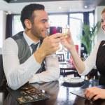 socios de negocio feliz vino el tintinear de vasos — Foto de Stock