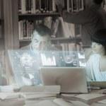 allvarliga mogna studenter arbetar tillsammans med digitala gränssnitt — Stockfoto
