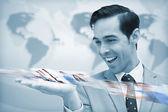 Glad affärsman tittar på en bild-ström — Stockfoto