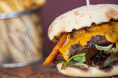 Close up on an appetizing cheeseburger — Stockfoto