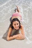 Brunette liggen op strand — Stockfoto