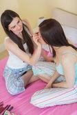 Mutlu kız arkadaşı bir makyaj yatıya vererek — Stok fotoğraf