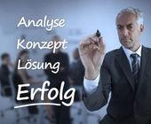 Elegant businessman writing marketing terms in german — Stock Photo