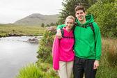 Atletische paar in hooded jumpers op een wandeling — Stockfoto