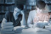 Concentrado de estudantes trabalhando em conjunto com a interface futurista — Fotografia Stock
