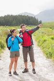 Vandrare med ryggsäckar som står på land trail — Stockfoto