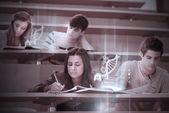 Studenter med futuristiska hologram att lära sig om vetenskap från tablet pc — Stockfoto