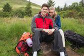 Gelukkige paar nemen van een pauze op een wandeling — Stockfoto