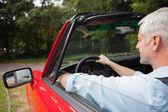 Guida cabriolet bell'uomo maturo — Foto Stock