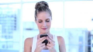 彼女の携帯電話でテキスト メッセージを美しい女性実業家 — ストックビデオ