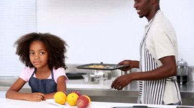 Father and children eating homemade cookies — Vídeo de stock