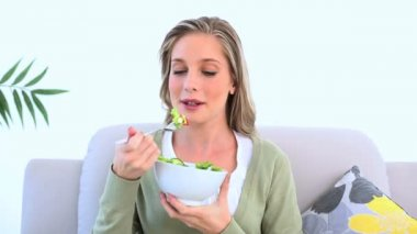 Woman eating a healthy salad — Stock Video