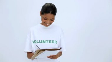 Freiwillige frau denken und schreiben auf notebook — Stockvideo