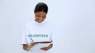 Volontär kvinna tänka och skriva på anteckningsboken — Stockvideo