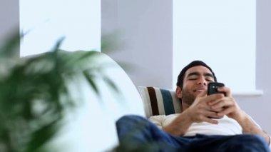 Homem usando seu smartphone — Vídeo stock