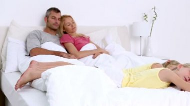 Familiy sleeping on bed — Stock Video