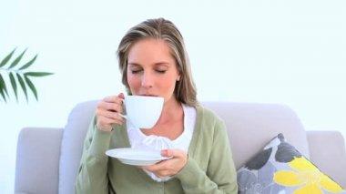 Zachwycony kobieta picia filiżankę herbaty — Wideo stockowe