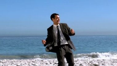 Free happy businessman dancing on the beach — Stock Video