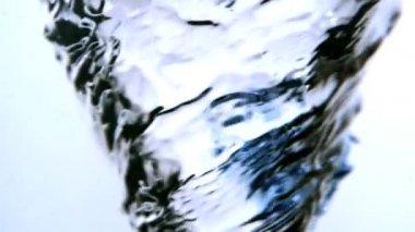 Blauwe inkt zwenken in water whirlpool op witte achtergrond — Stockvideo