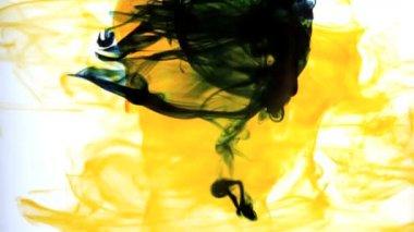 Encre jaune tourbillonnant dans le tourbillon de l'eau — Vidéo