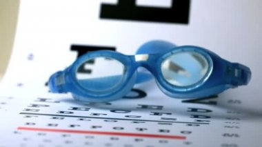 Swimming goggles falling onto eye test — Vídeo Stock