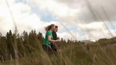 Atletische paar joggen bergop — Stockvideo