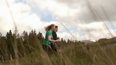 Sportliche paar joggen bergauf — Stockvideo