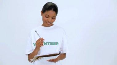 улыбается добровольцев женщина думать и писать на ноутбук — Стоковое видео