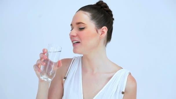 Mujer sonriente bebiendo un vaso de agua — Vídeo de stock