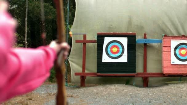 Femme tir l'arc et des flèches à la cible — Vidéo
