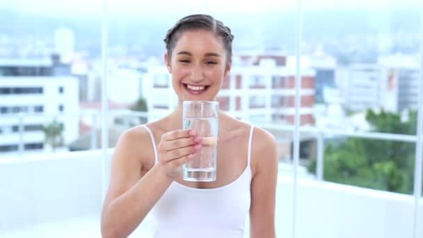 Agua potable feliz joven — Vídeo de stock