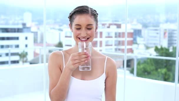 Sonriente joven agua potable — Vídeo de stock