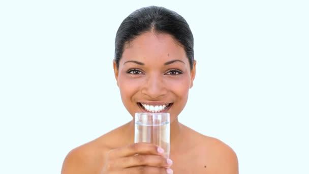 Hermosa mujer agua potable en blanco — Vídeo de stock