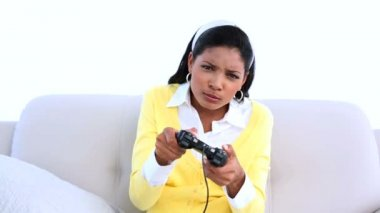 Concentrated woman playing video games on sofa — Stock Video