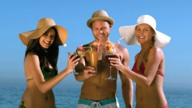Friends with straw hat clinking their cocktails — Stock Video
