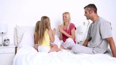 家族がベッドの上再生 — ストックビデオ