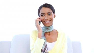Kvinnan skrattar medan hon är på telefonen — Stockvideo