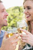 молодая пара тостов с белым вином — Стоковое фото