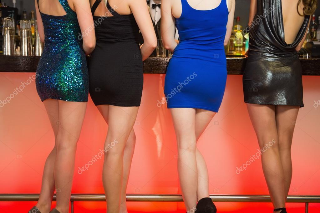 Gambe di donne sexy in piedi al bar foto stock for Piani di studio 300 piedi quadrati